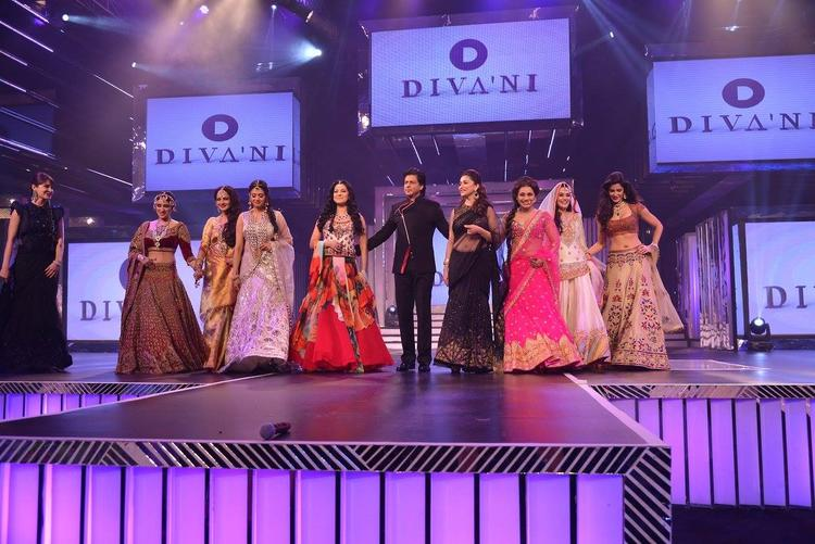 SRK Was The Showstopper Walking The Ramp With The Nine Divas At Late Yash Chopra's 81st Birth Anniversary