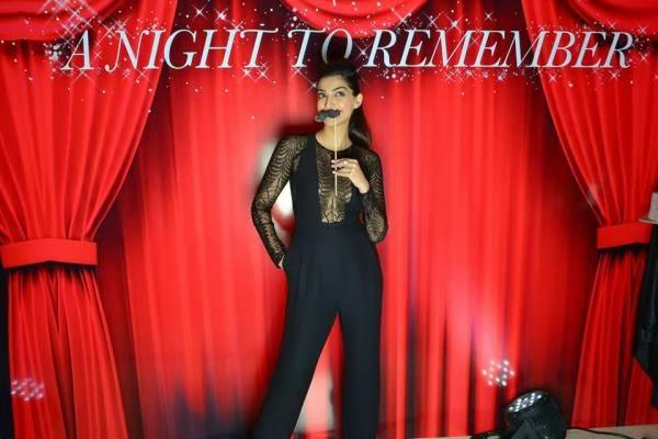 Sonam Kapoor Funny Look On The Stage At Elle Beauty Awards 2013