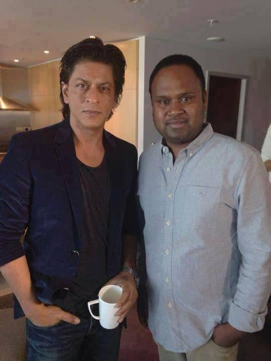 SRK Posed With A Fan During The Rehearsing For Temptation Reloaded Concert In Auckland
