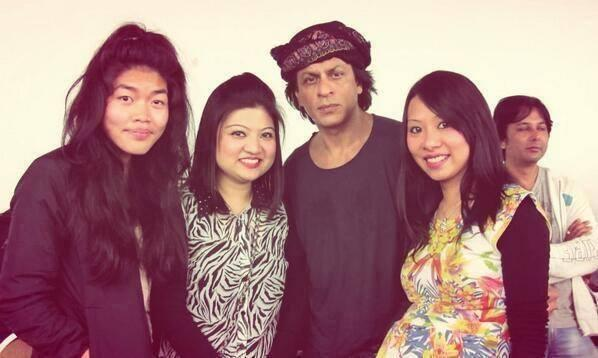 SRK Posed With Fans In Auckland For Temptation Reloaded Concert