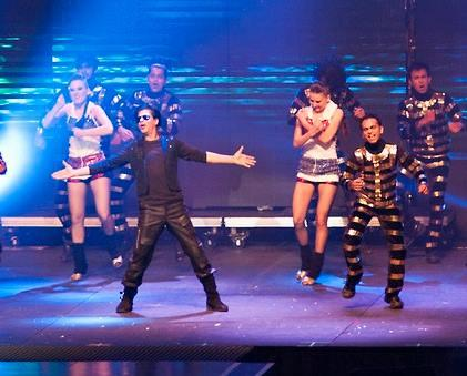 King Khan In His Signature Pose On The Stage At Temptations Reloaded 2013 Musical Show