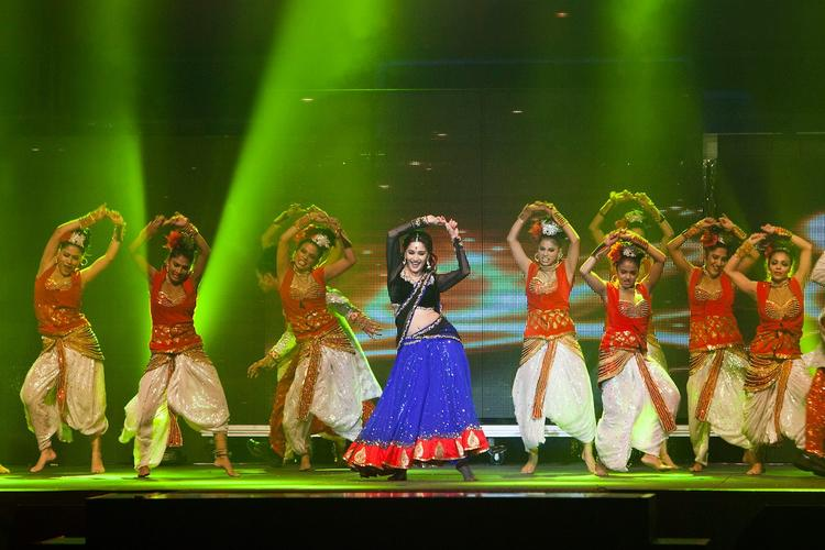 Madhuri Dixit Performs On Yeh Jawaani Hai Deewani Song Ghagra At Temptations Reloaded 2013 Musical Show