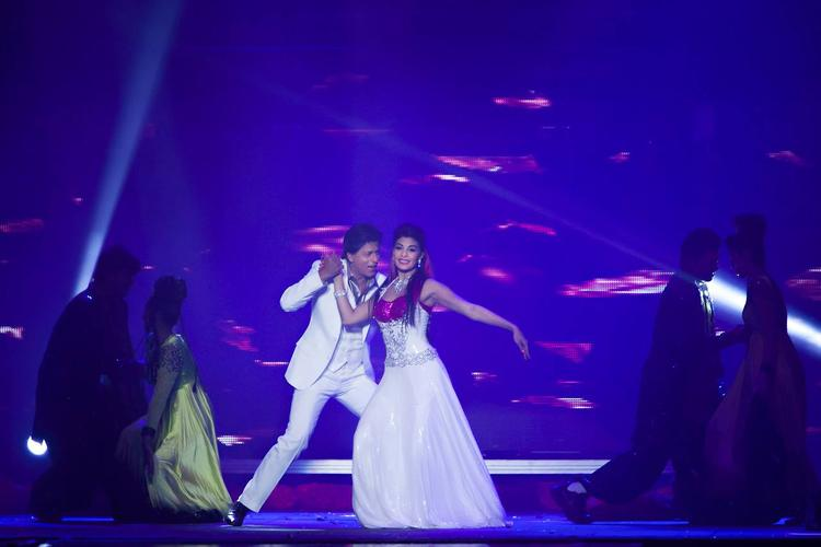 SRK And Jacqueline Look Lovely On Stage Together At Temptations Reloaded 2013 Musical Show