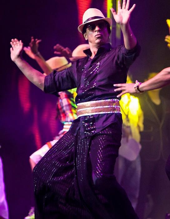 Super Energetic SRK Performs On His Chennai Express Song Lungi Dance At Temptations Reloaded 2013 Musical Show