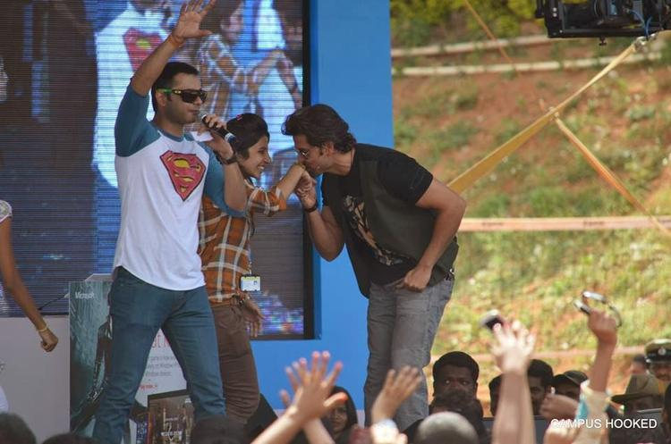 Hrithik Roshan Kiss A Fan At At Dayanand Sagar College In Bangalore