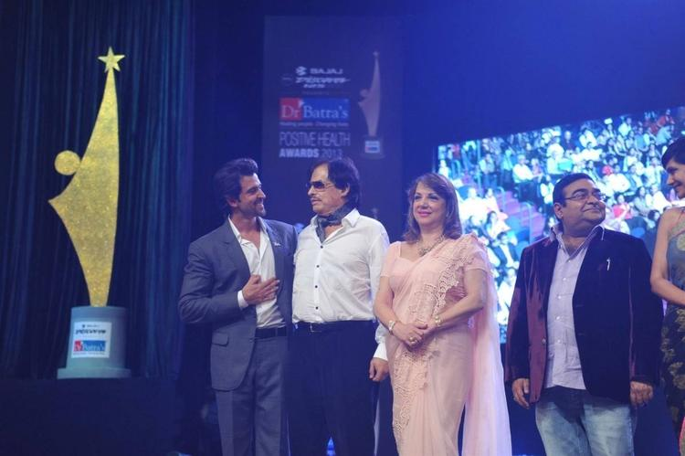Hrithik With Parent-In- Laws Family On Stage At Dr. Batras Positive Health Awards