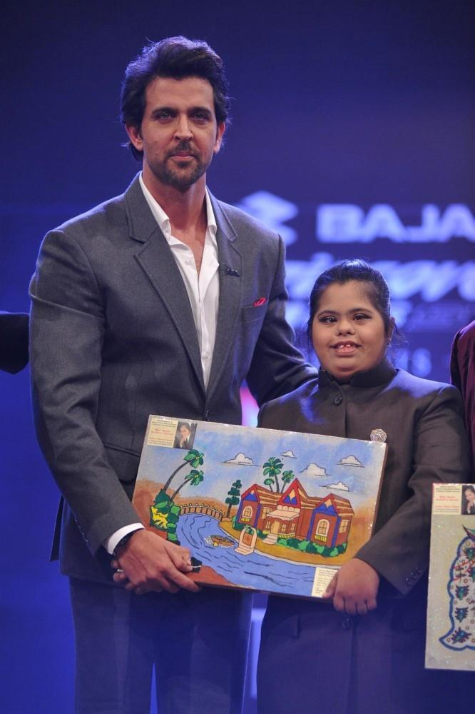 Hrithik Roshan Present An Award