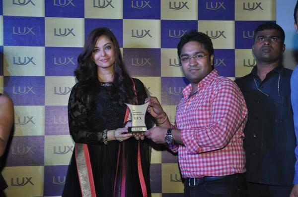 Aishwarya Pose With Lux Award At A Lux event In Delhi