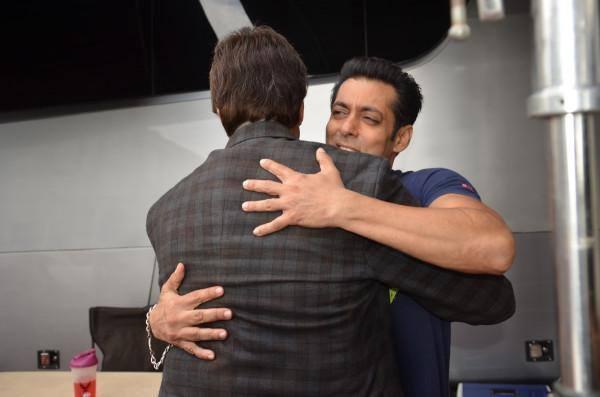 Salman Khan Gets A Warm Hug From Big B On The Sets Of Jai Ho