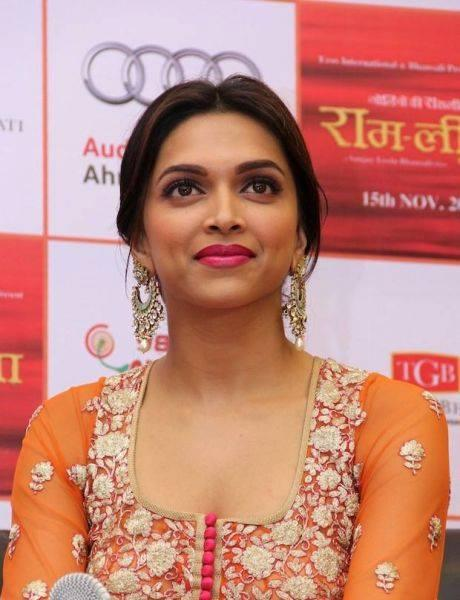 Deepika Padukone Beauty Face Sizzling Pic During Ram Leela Promotional Event