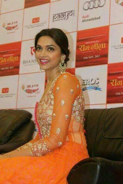Deepika Padukone Sweet Pose For Camera At Ram Leela Promotional Event