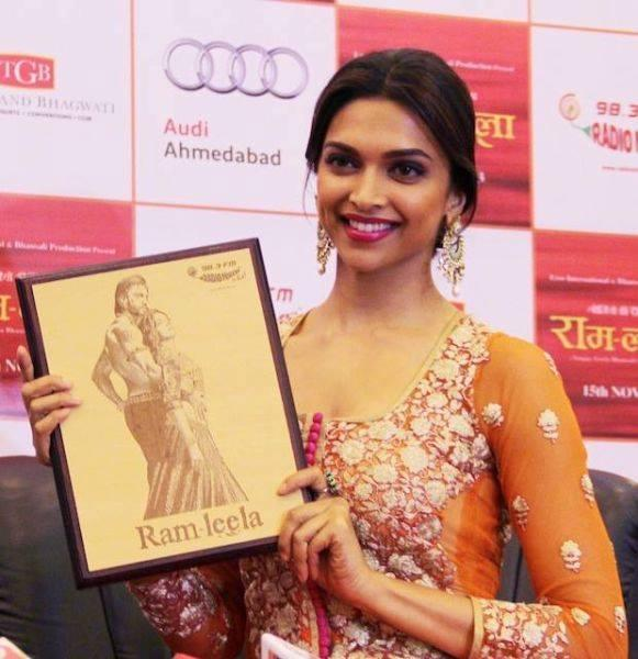 Deepika Padukone Use A Photo Frame For Ram Leela Promotion