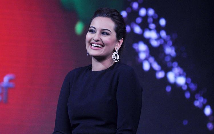 Sonakshi Sinha Cool Cute Look On The Sets Of Junior Masterchef India During The Promotion Of R...Rajkumar Movie