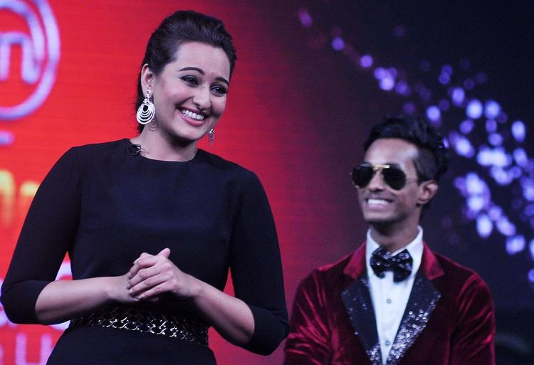 Sonakshi Sinha Cool Smiling Look On The Sets Of Junior Masterchef India During The Promotion Of R...Rajkumar Movie