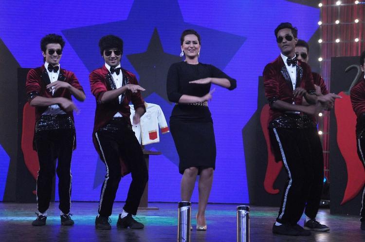 Sonakshi Sinha Danced On The Sets Of Junior Masterchef India For Promoting R...Rajkumar Movie
