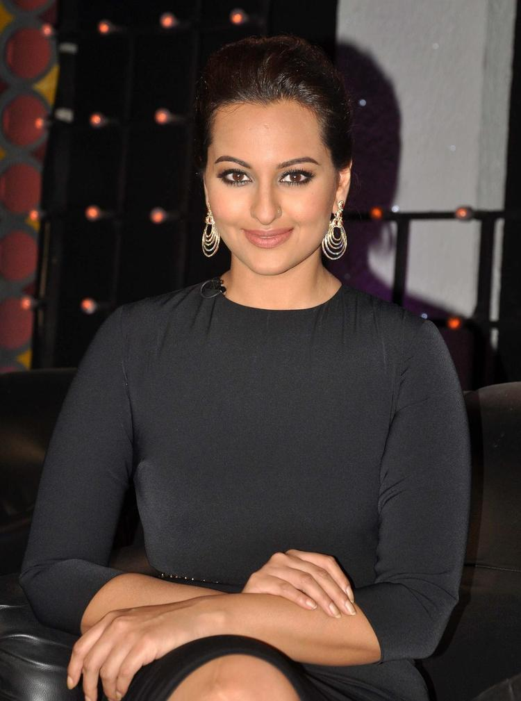 Sonakshi Sinha Dazzling Face Look On The Sets Of Junior Masterchef India During The Promotion Of R...Rajkumar Movie