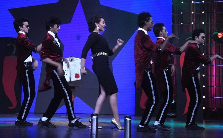 Sonakshi Sinha Performed On The Sets Of Junior Masterchef India For Promoting R...Rajkumar Movie