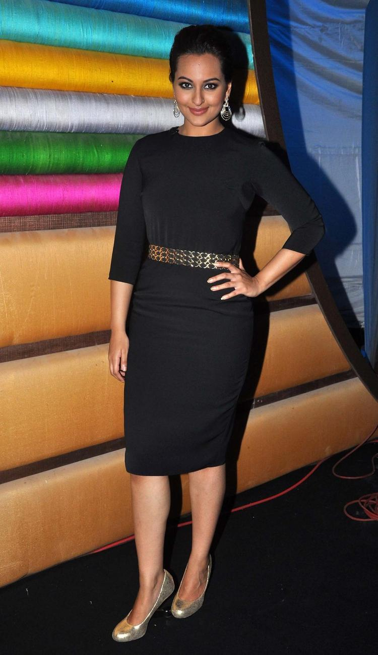 Sonakshi Sinha Posed For Camera On The Sets Of Junior Masterchef India During The Promotion Of R...Rajkumar Movie