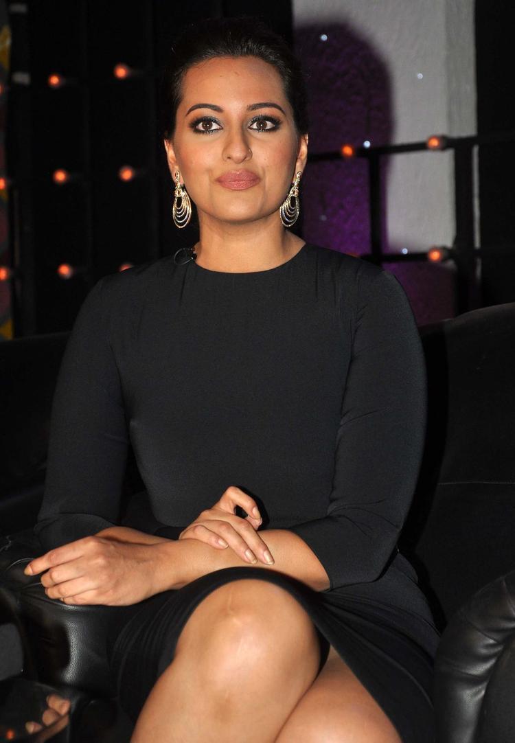 Sonakshi Sinha Promotes R...Rajkumar Movie On The Sets Of Junior Masterchef India