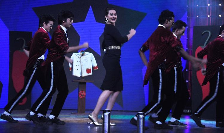 Sonakshi Sinha Rocked On The Sets Of Junior Masterchef India For Promoting R...Rajkumar Movie