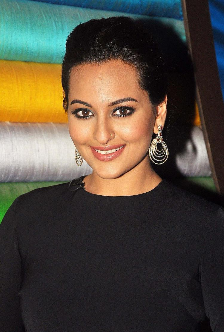Sonakshi Sinha Smashing Look During The Promotion Of R...Rajkumar Movie On The Sets Of Junior Masterchef India
