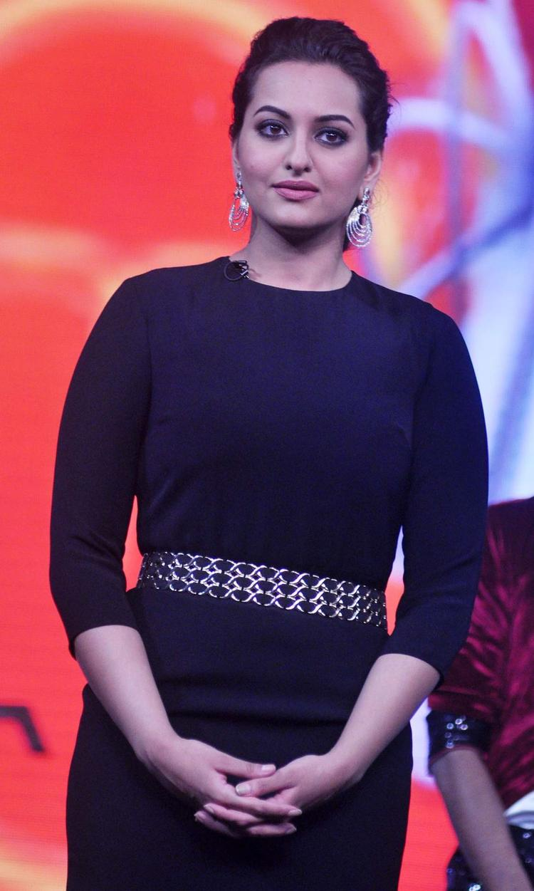Sonakshi Sinha Stylsih Look On The Sets Of Junior Masterchef India For Promoting R...Rajkumar Movie