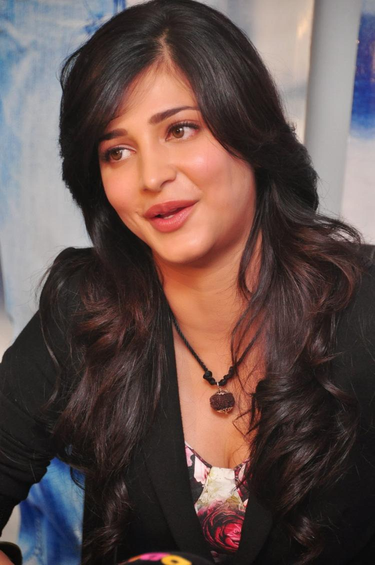 Shruti Haasan Cool Look At Ramayya Vastavayya Press Meet