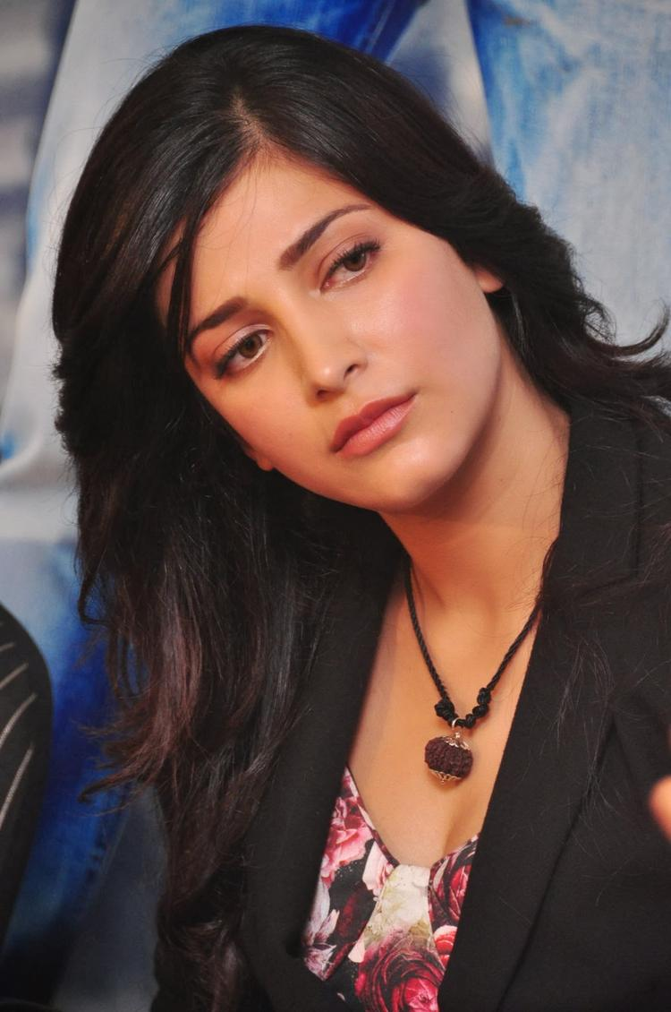 Shruti Haasan Cute Face Look During The Press Meet Of Ramayya Vastavayya