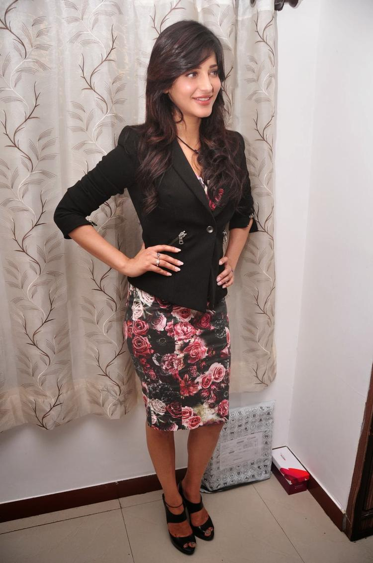 Shruti Haasan Glamour Look During The Press Meet Of Ramayya Vastavayya