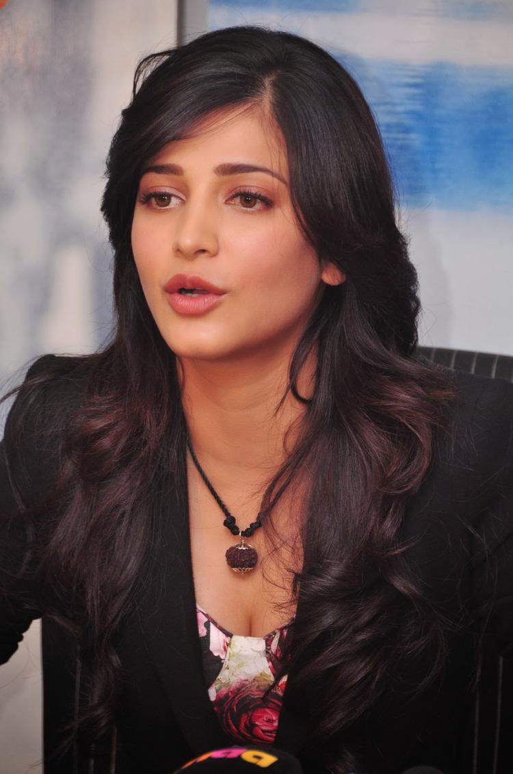 Shruti Haasan Nice Cool Look At Ramayya Vastavayya Press Meet
