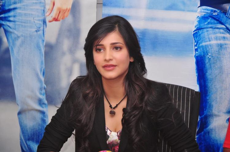 Shruti Haasan Nice Face Look During The Press Meet Of Ramayya Vastavayya