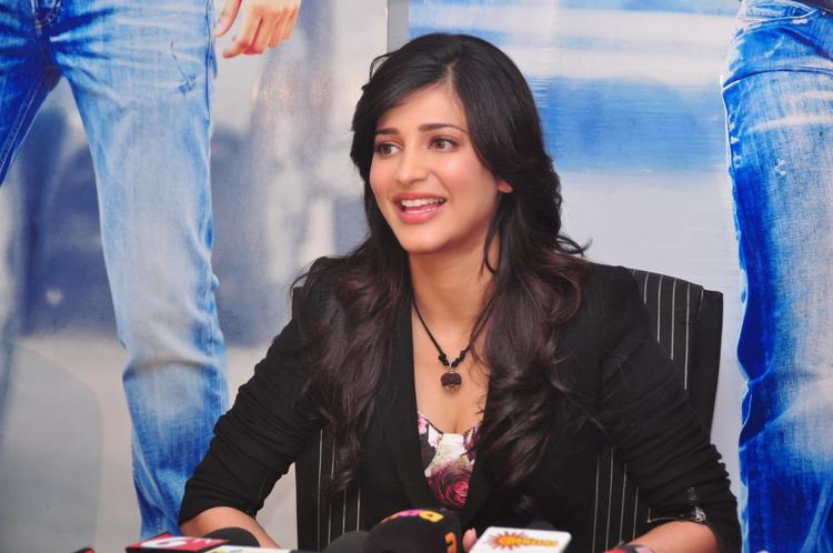 Shruti Haasan Smiling Look At Ramayya Vastavayya Press Meet