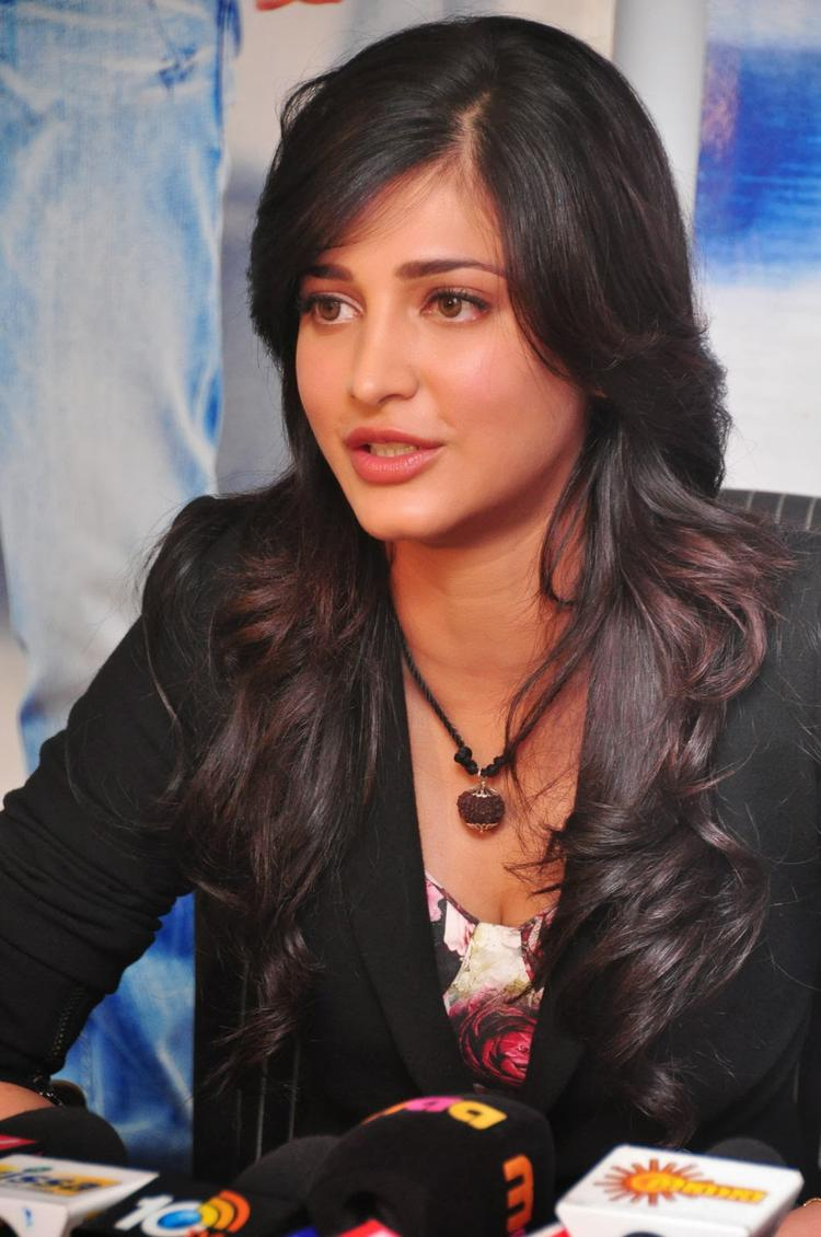 Shruti Haasan Stylish Look During The Press Meet Of Ramayya Vastavayya