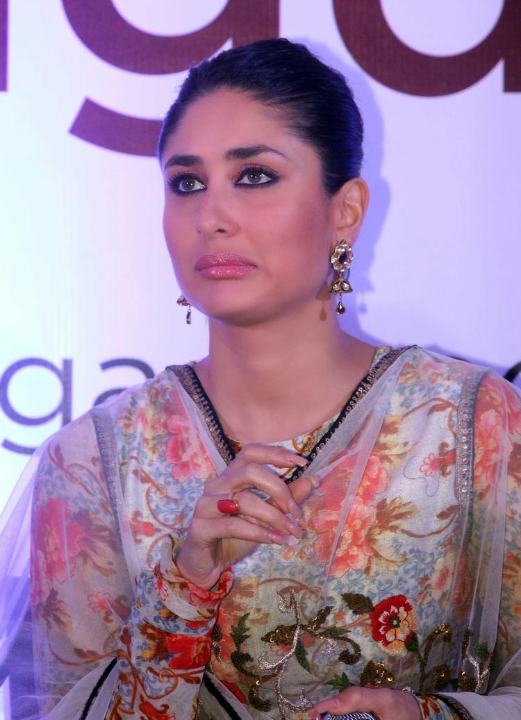 Kareena Kapoor Pose A Cute Face At Malabar Gold And Diamond Diwali Collection Event