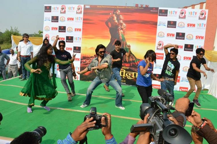 Ranveer Singh Danced During The Promotion Of Ram-Leela At SVN College, Lucknow
