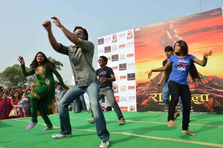Ranveer Singh Shakes His Legs With College Guys During The Promotion Of Ram-Leela At SVN College, Lucknow