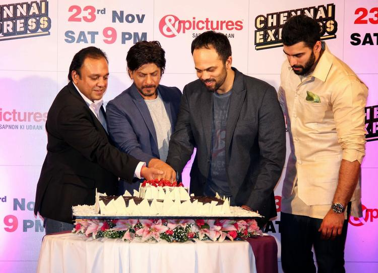 Punit,Shahrukh,Rohit And Nikitin Cut The Cake During The Zee TV's Success Party For Chennai Express