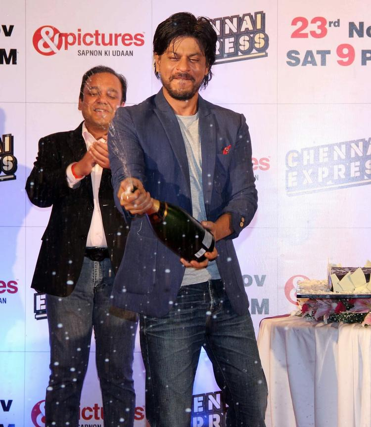 SRK Cool Look At Chennai Express Success Party Hosted By Zee Tv