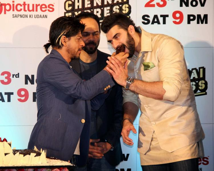 SRK Feeds Cake To Nikitin And Rohit Looks On At Chennai Express Success Party Hosted By Zee Tv