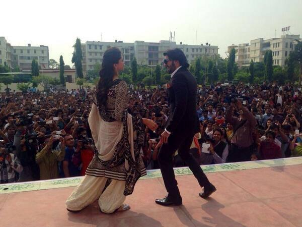 Ranveer And Deepika Danced At Jaipur For Promoting Ram-Leela Movie
