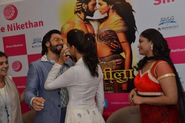 Ranveer And Deepika Cool During The Ram Leela Film Promotion At Hyderabad