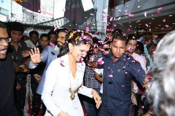 Ranveer And Deepika Welcomed By Fans At Sriniketan Store In Hyderabad During The Ram Leela Film Promotion