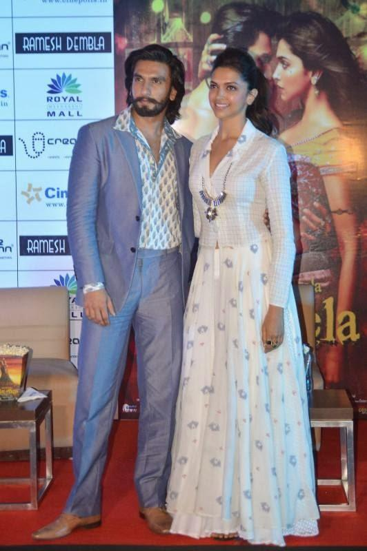 Ranveer And Deepika Nice Pose During The Promotion Of Ram Leela In Bangaluru