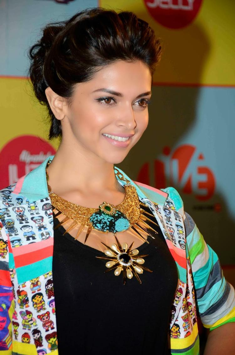 Bollywood Gorgeous Diva At Kids Choice Award 2013 Event
