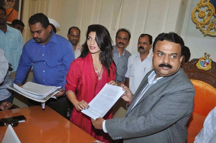 Jacqueline Meet Mayor Sunil Prabhu To Demand A Ban On Horse-Drawn Carriages In Mumbai