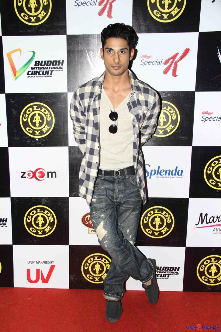 Prateik Babbar Stylish Posed In Red Carpet At Gold Gym's Fit And Fab Contest