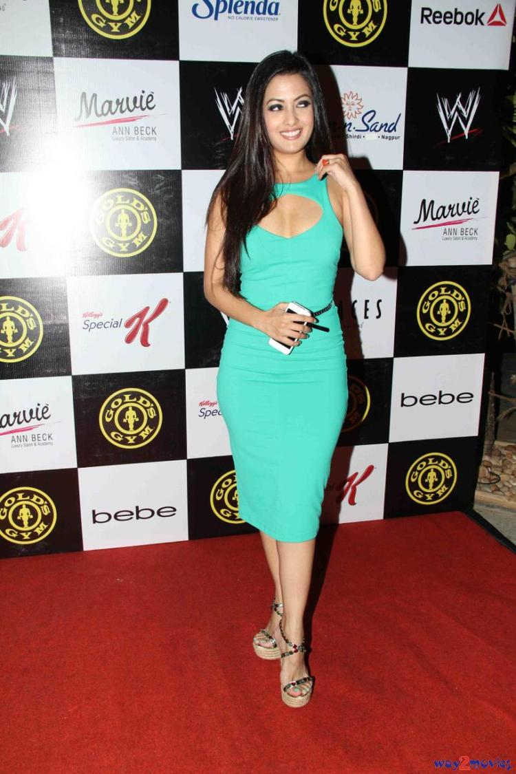 Smiling Riya Sen Posed In Red Carpet At Gold Gym's Fit And Fab Contest