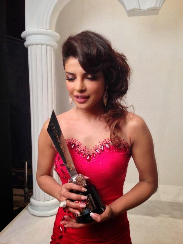 Priyanka Chopra Posed With Her Trophy At Hello! Hall Of Fame Awards 2013