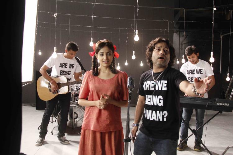Kailash Kher Fun Still At Lakshmi Movie Music Video Shoot