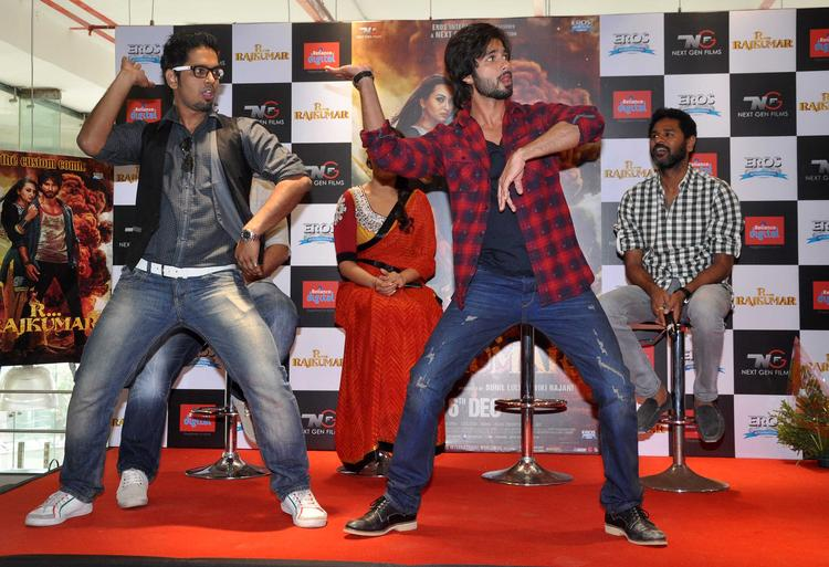 R Rajkumar Movie Promotion In Mumbai Shahid Dance Still With A Fan